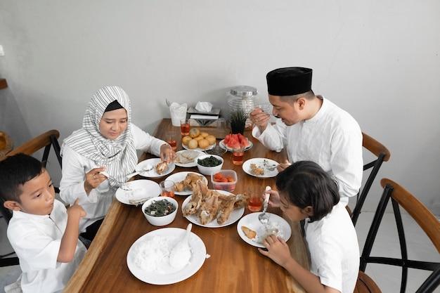Ужин ифтар на рамадан Premium Фотографии