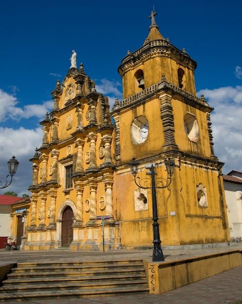 ニカラグアのレオンにあるイグレシアデレコレシオン教会。 1786年から。 Premium写真