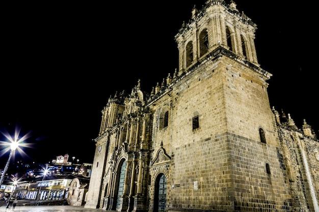 ペルーのクスコにあるプラザデアルマスのiglesia la merced。 Premium写真