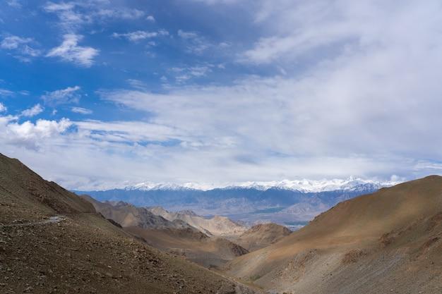 インド北部ヒマラヤ地域(ihr)山への道はヒマラヤ山脈のセクションです Premium写真