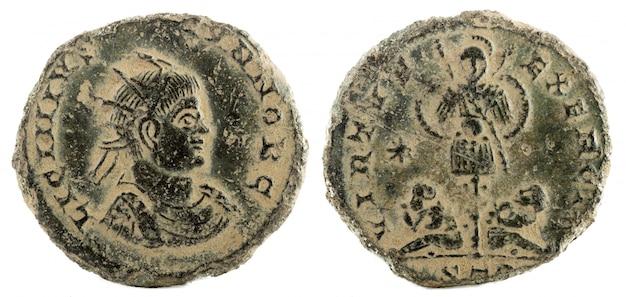 Древнеримская медная монета императора лициния ii. Premium Фотографии