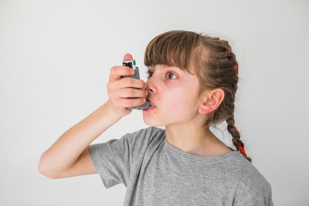 Больная девушка, использующая аэрозоль Бесплатные Фотографии