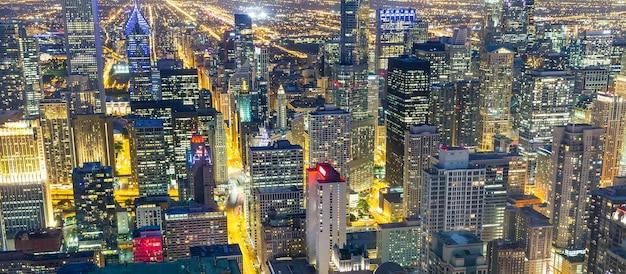 照らされた超高層ビル、夜景 Premium写真