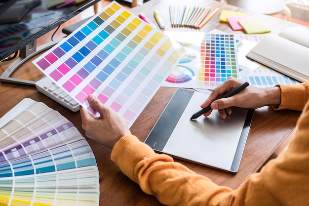 Image of graphic designer working on color selection and drawing on graphics Premium Photo