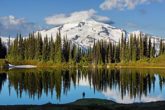 Изображение озера и ледникового пика в вашингтоне, сша Premium Фотографии