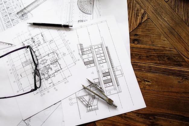 Изображение инженерных объектов на рабочем месте сверху. концепция строительства. инженерные инструменты. эффект ретро-фильтра тона, мягкий фокус (селективный фокус) Бесплатные Фотографии