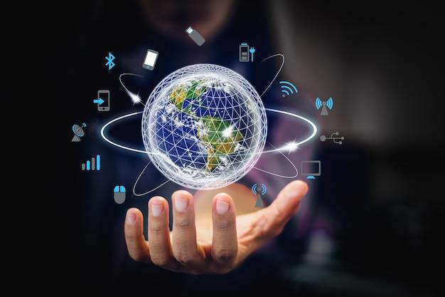 사업가의 손바닥에 세계의 이미지입니다. 미디어 기술. Nasa에서 제공 한이 이미지의 요소-이미지 프리미엄 사진