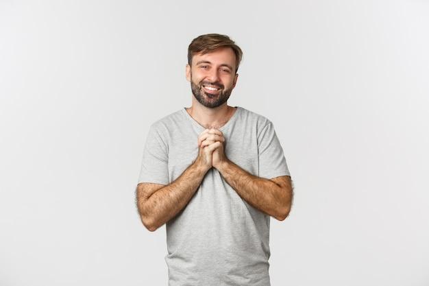 手をつないで感謝の気持ちを表すハンサムな感謝の男の画像 Premium写真