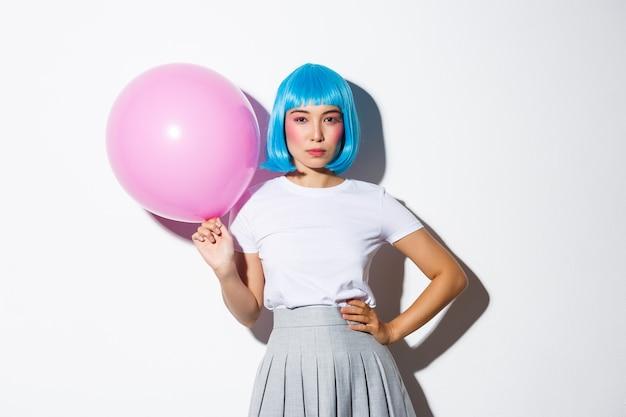 파란색가 발에 팬티 아시아 여자의 이미지 결정, 핑크 풍선을 들고 서. 무료 사진