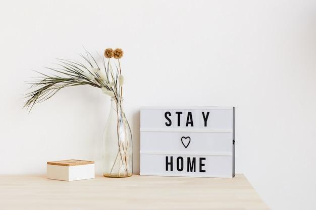 自宅で花とポスターが置かれたテーブルの画像 Premium写真