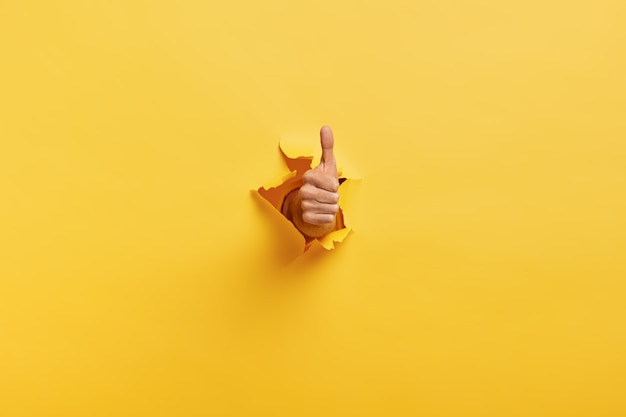 Изображение до неузнаваемости человека делает большой палец вверх жест Бесплатные Фотографии
