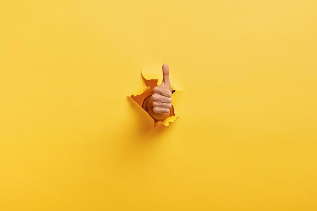 L'immagine dell'uomo irriconoscibile fa il pollice sul gesto Foto Gratuite