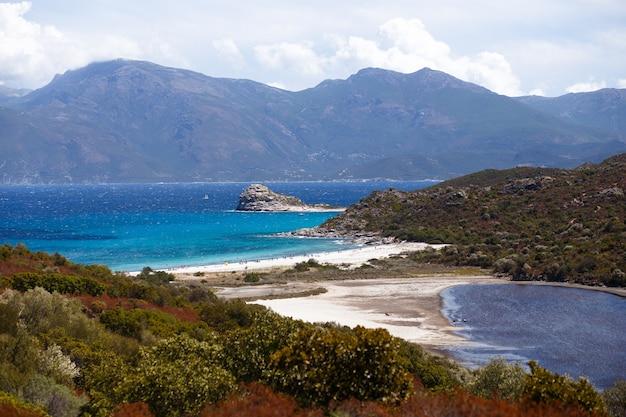 2つの海の間にあるビーチの画像 Premium写真