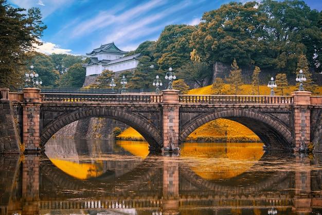 Императорский дворец и мост nijubashi в дневное время в токио, япония. Premium Фотографии