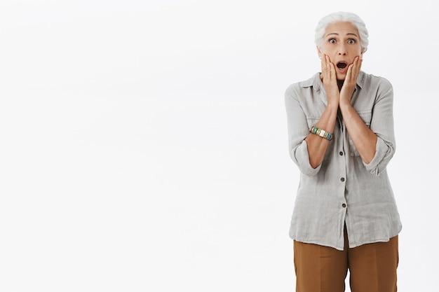 Впечатленная и изумленная старушка с отвисшей челюстью Бесплатные Фотографии