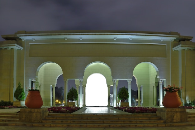Впечатляющий вид на портал, сооружение внутри волшебного водного контура в лиме. Premium Фотографии