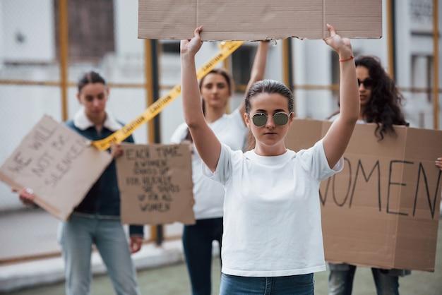 안경에서. 페미니스트 여성 그룹이 야외에서 자신의 권리를 위해 항의 무료 사진