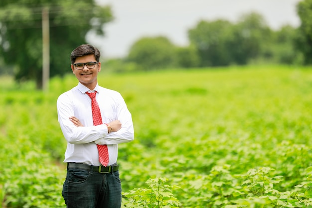 Indian agronomist at cotton field Premium Photo
