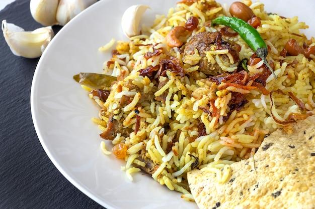 Индийские бирьяни с гарниром и перцем чили Premium Фотографии