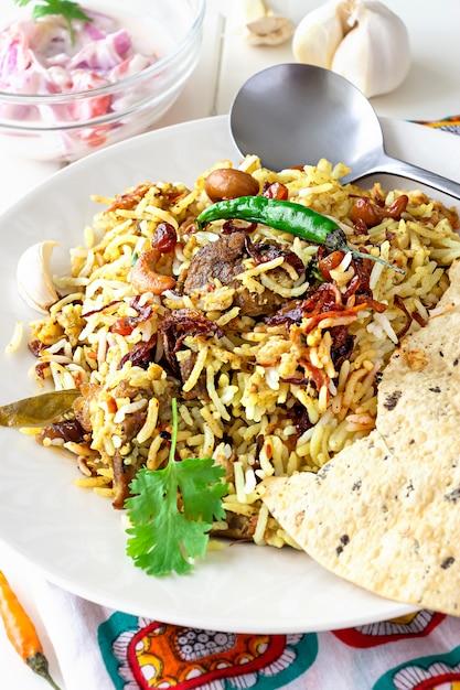 Индийские бирьяни с гарнирами, чесноком и перцем чили Premium Фотографии