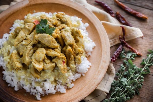 Индийская курица карри с белым рисом Premium Фотографии