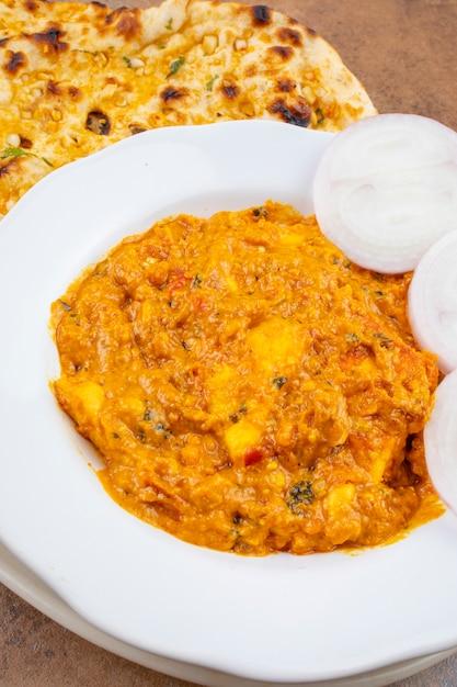 Indian cuisine sweet and spicy paneer pasanda served with garlic nan Premium Photo