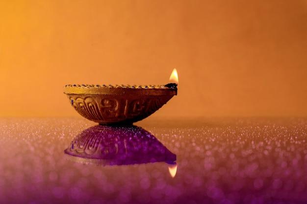 Индийская лампа дивали с пламенем Premium Фотографии