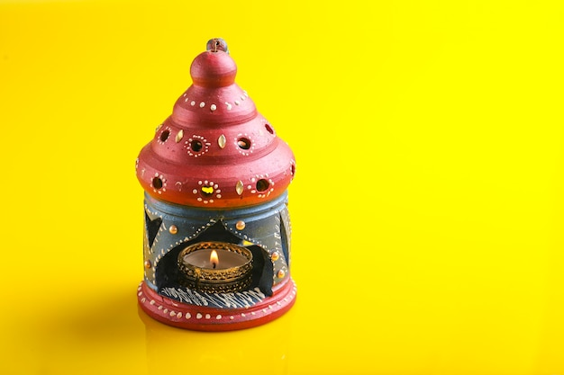 インドの祭りディワリ祭、ディワリ祭のお祝いのための美しい粘土オイルランプ、光の祭典 Premium写真