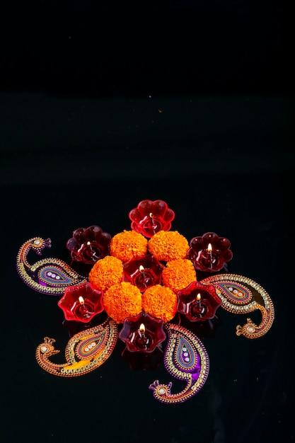 인도 축제 디 왈리, 금잔화 꽃과 검은 색 바탕에 기름의 화려한 램프 프리미엄 사진