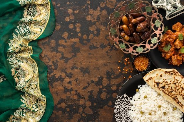 Ассортимент индийских блюд с сари Бесплатные Фотографии
