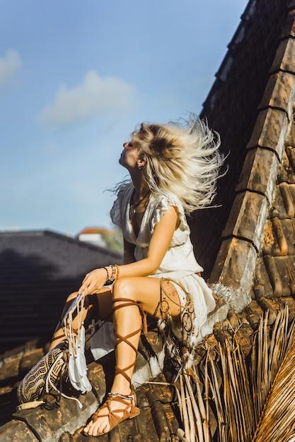 屋根の上のインドの女の子。ドリームキャッチャー。ドリームキャッチャーと美しいブロンドの女の子。 無料写真