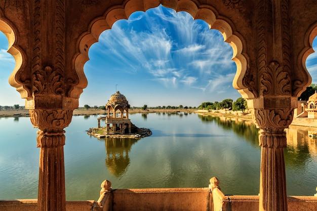 Indian landmark gadi sagar in rajasthan Premium Photo