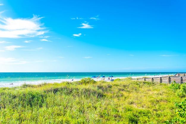 Indian rocks beach with green grass in florida, usa Premium Photo