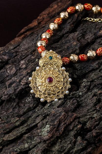 Индийские традиционные украшения Premium Фотографии