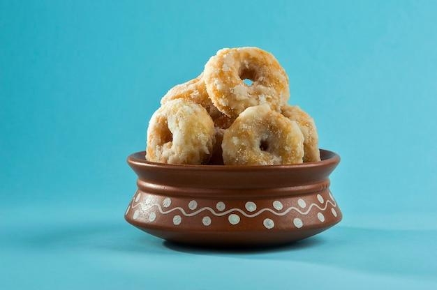 파란색 배경에 인도 전통 달콤한 음식 Balushahi 프리미엄 사진