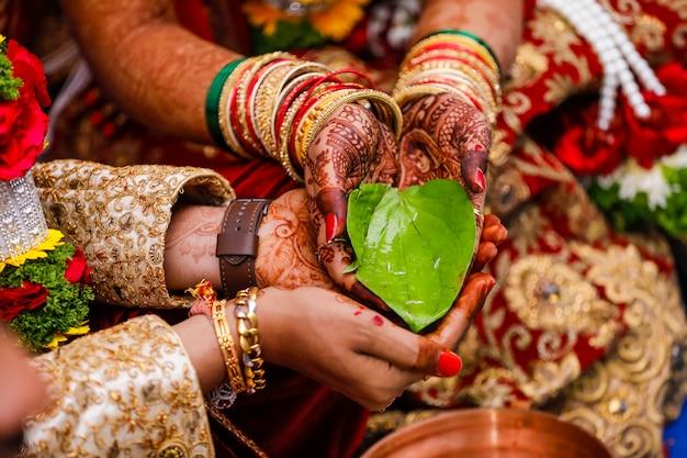 インドの結婚式の写真、新郎と新婦の手 Premium写真