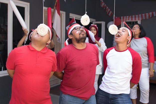 Взломщики индонезии едят соревнование Premium Фотографии