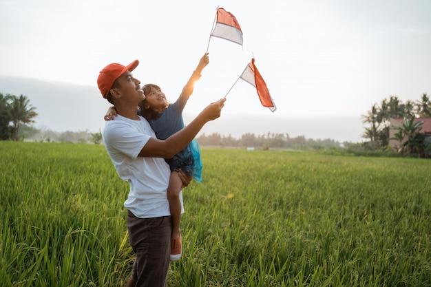 아버지와 함께 인도네시아어 아이 국기 놀이 프리미엄 사진