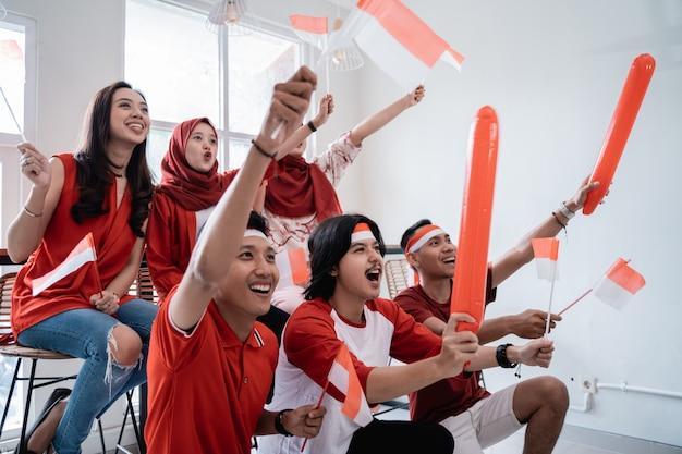 Индонезийская молодежь празднует день независимости в красных и белых тонах Premium Фотографии