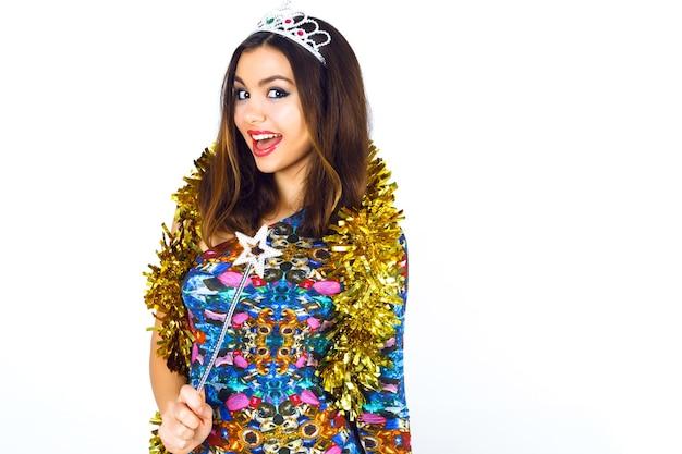 Ritratto dello studio di moda coperta di bella ragazza sorridente festaioli che indossa un abito da cocktail sexy brillante Foto Gratuite