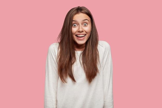 Tiro al coperto di giovane donna caucasica stupita con espressione sorpresa scioccata Foto Gratuite