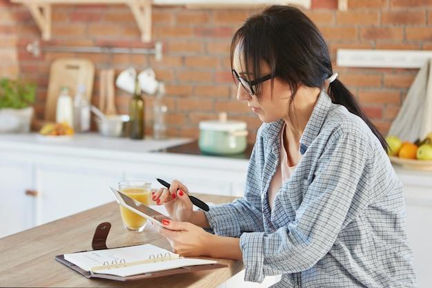 Tiro al coperto di una moglie che non sa cosa cucinare per cena, Foto Gratuite