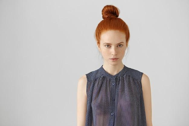 生姜の髪をまんじゅうで着ているヨーロッパ風の魅力的な若い女性の屋内ショット 無料写真