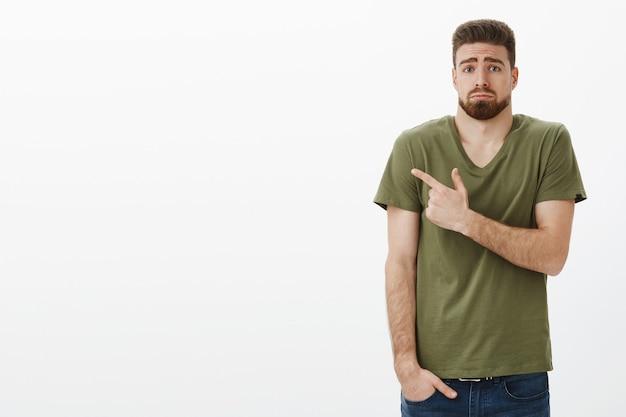 あごひげと青い目をした無邪気でかわいい動揺の憂鬱なボーイフレンドの屋内ショット 無料写真