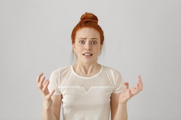 Tiro al coperto di donna caucasica giovane rossa stressata e infastidita Foto Gratuite