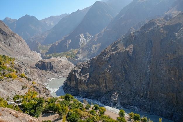 Indus river flowing through mountains along the karakoram highway. gilgit baltistan, pakistan. Premium Photo