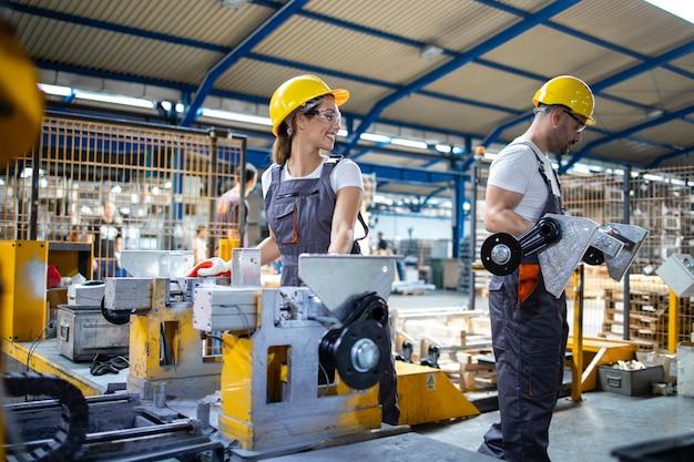 Dipendenti industriali che lavorano insieme nella linea di produzione in fabbrica Foto Gratuite