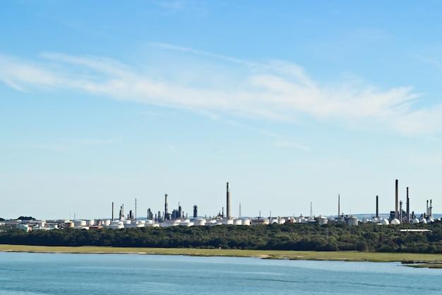 Una raffineria di petrolio industriale vicino a southampton, in inghilterra Foto Gratuite