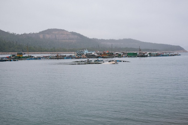 Porto industriale con bungalow poveri Foto Gratuite
