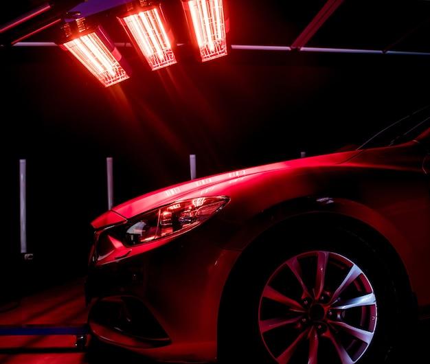 Инфракрасные лампы для сушки кузовных деталей автомобиля после нанесения защитного глянцевого покрытия Premium Фотографии